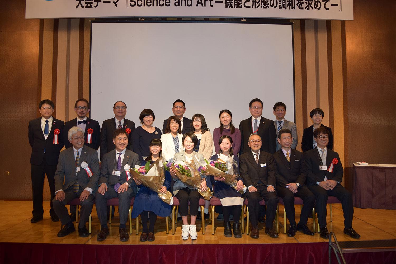 表彰式の後は、受賞者を囲んで関係者全員で記念撮影